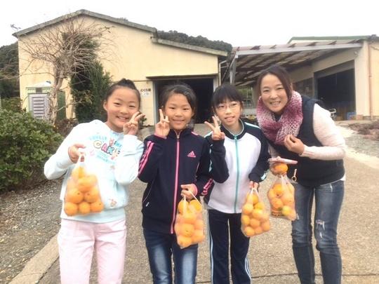 ミカンと3人の女の子.JPG